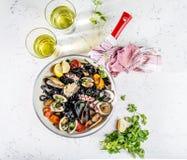 Espaguetes caseiros da massa do preto do marisco com vongole do polvo dos mexilhões dos moluscos na bandeja com vinho branco no f fotografia de stock