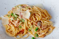 Espaguetes com bacon, as ervilhas verdes e o Parmesão Imagens de Stock Royalty Free