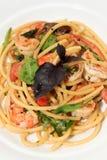 Espaguetes com camarão, tomate de cereja e manjericão Fotografia de Stock Royalty Free