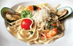Espaguetes com camarões e mexilhões do tigre Foto de Stock