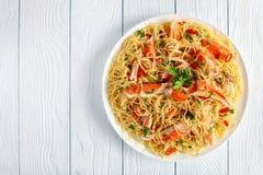 Espaguetes com caranguejo em uma placa fotos de stock