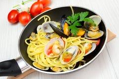 Espaguetes com fasolari e mexilhões dos moluscos imagens de stock royalty free