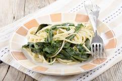 Espaguetes com a haste orgânica do dente-de-leão Fotografia de Stock Royalty Free