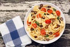 Espaguetes com molho verde-oliva no fundo de madeira Foto de Stock Royalty Free