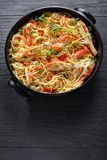 Espaguetes com o caranguejo no prato preto imagem de stock royalty free