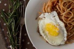 Espaguetes com opinião superior de pasta e de ovo frito de tomate Foto de Stock Royalty Free