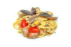 Espaguetes com os mexilhões no fim da bacia acima Fotografia de Stock Royalty Free