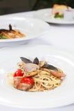 Espaguetes com os mexilhões no fim da bacia acima Imagens de Stock Royalty Free