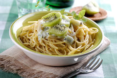 Espaguetes com quivi Fotografia de Stock Royalty Free