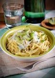 Espaguetes com quivi Fotos de Stock Royalty Free