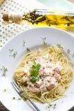 Espaguetes com salmões, molho mornay e agrião na placa, vista elevado imagens de stock royalty free