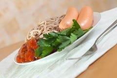 Espaguetes com salsichas e ketchup Fotos de Stock Royalty Free