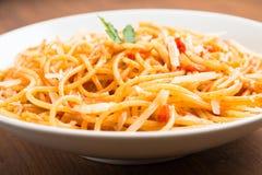 Espaguetes com tomate e queijo Imagens de Stock Royalty Free