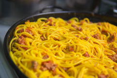 Espaguetes cozinhados caçarola fotografia de stock royalty free