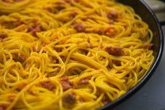 Espaguetes cozinhados caçarola foto de stock