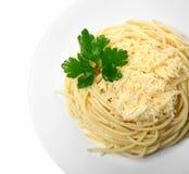 Espaguetes cozinhados no fundo do branco da placa Imagem de Stock