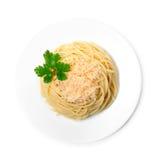 Espaguetes cozinhados no fundo do branco da placa Fotos de Stock Royalty Free