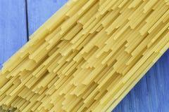 Espaguetes crus da massa Fotografia de Stock