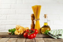 Espaguetes crus do alimento italiano colorido fresco saboroso na mesa de cozinha fotografia de stock