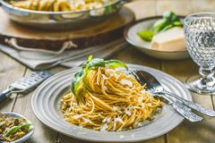 Espaguetes da massa com creme e queijo da manjericão Vista superior na tabela de pedra cinzenta Massa do vegetal do vegetariano imagem de stock royalty free