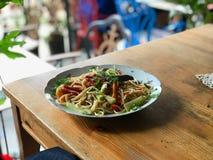 Espaguetes da massa com vegetais fotografia de stock royalty free