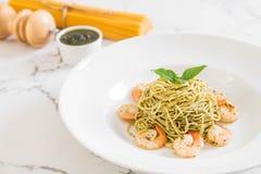 espaguetes da massa com verde e camarões do pesto Imagem de Stock