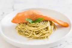 espaguetes da massa com verde e salmões do pesto Fotografia de Stock Royalty Free