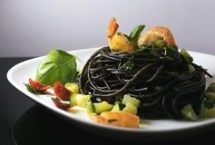 Espaguetes da tinta do calamar com camarão e abobrinha Fotos de Stock Royalty Free