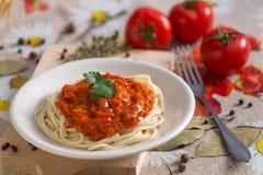 Espaguetes do vegetariano e do vegetariano em uma placa branca com um molho imagens de stock