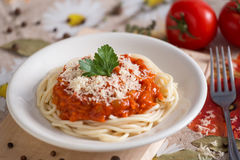 Espaguetes do vegetariano em uma placa branca com um molho com queijo fotos de stock