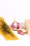 espaguetes e ingredientes uncooked Imagem de Stock