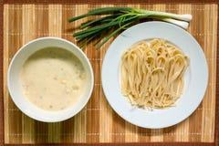 Espaguetes e molho branco com camarão, carne de porco triturada e mola fotos de stock royalty free
