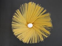 Espaguetes e ovo, espaguetes, ovo, um ovo e massa, massas, massas longas, massa longa Imagens de Stock Royalty Free