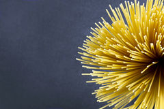 Espaguetes em um fundo escuro Fotos de Stock