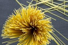 Espaguetes em um fundo escuro Fotografia de Stock