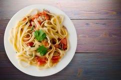 Espaguetes em uma placa Imagens de Stock