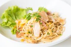 Espaguetes fritados agitação com galinha e ovo e ovo imagem de stock royalty free