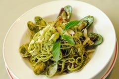 Espaguetes Genovese com marisco fotografia de stock