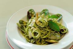 Espaguetes Genovese com marisco imagens de stock