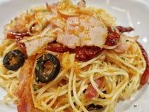 Espaguetes grandes do cabelo de anjo da placa com os pimentões do bacon e os ovos vermelhos do camarão imagem de stock