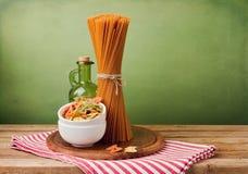 Espaguetes inteiros do trigo imagens de stock royalty free