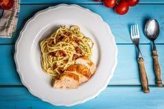 Espaguetes italianos com galinha e o tomate sundried imagem de stock royalty free