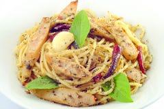 Espaguetes italianos deliciosos caseiros com salsicha Fotografia de Stock
