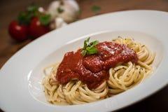 Espaguetes italianos deliciosos com molho de tomate Imagem de Stock