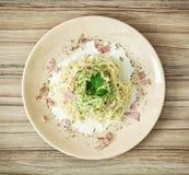 Espaguetes italianos saborosos com molho dos brócolis, presunto e alho, foo Imagens de Stock