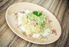 Espaguetes italianos saborosos com molho, presunto e alho dos brócolis Foto de Stock Royalty Free