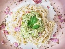 Espaguetes italianos saborosos com molho, presunto e salsa dos brócolis, dentro Foto de Stock Royalty Free