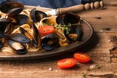 Espaguetes italianos tradicionais saborosos e mexilhões foto de stock royalty free