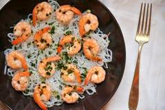 Espaguetes Konjac com camarões: Imagem do conceito da dieta de Dukan Fotografia de Stock Royalty Free