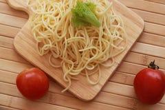Espaguetes nos pratos brancos e marrons Foto de Stock